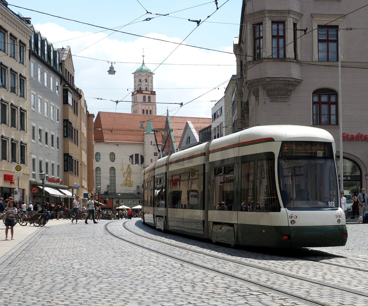 Flexity Outlook CF 8 Nr.882 von Bombardier Baujahr 2009 in der Maximilianstrasse in Augsburg am 07.07.2018.