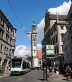 augsburg-stadtwerke-augsburg/284388/nf-8-combino-nr-847-in NF 8 'Combino' Nr. 847 in der Maximilianstrasse nahe dem Rathausplatz, gegenüber befindet sich die Haltestelle Moritzplatz, Bahnsteig C, am 30.07.2013.