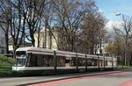 Flexity Outlook CityFlex CF8 Nr.880 von Bombardier, Baujahr 2009,in Augsburg am 29.03.2016.